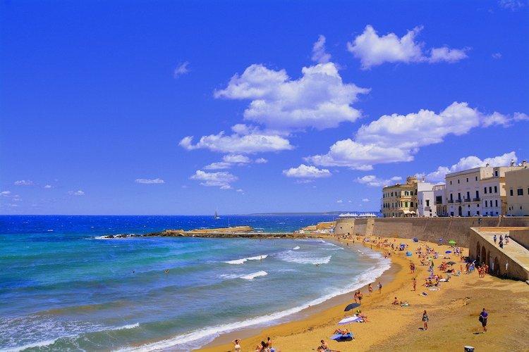 Vista su Gallipoli spiaggia, tappa imperdibile di un tour del Salento in auto