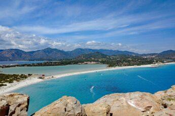 Veduta dall'alto della spiaggia di Porto Giunco a Villasimius -