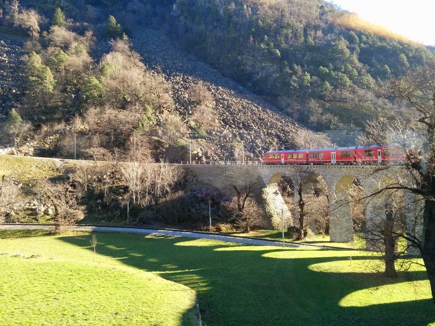Il Trenino Rosso del Bernina il percorso per due giorni: in questa foto è all'inizio della corsa a Tirano immerso tra i prati verdissimi