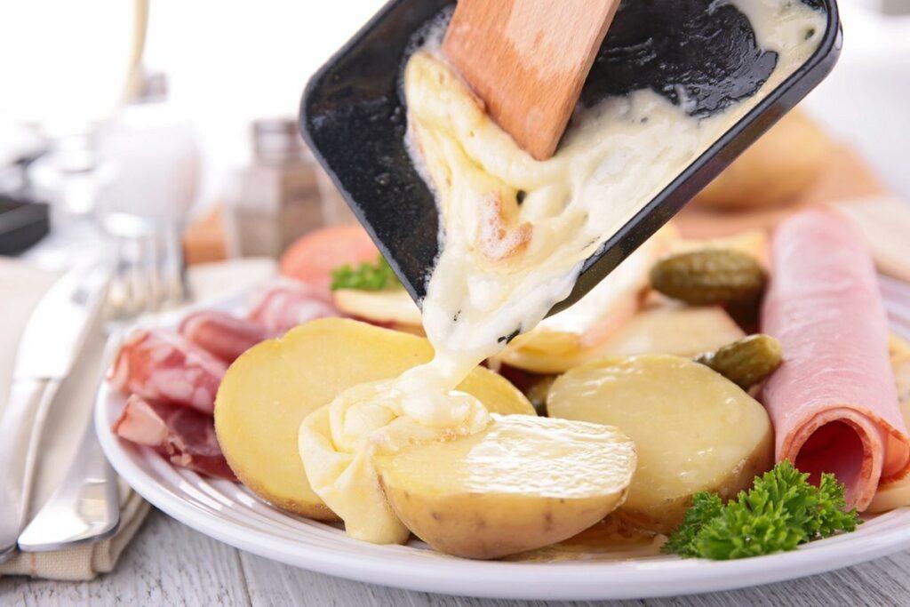 Cosa fare al Mottarone: assaggiare la tradizionale raclette di formaggio