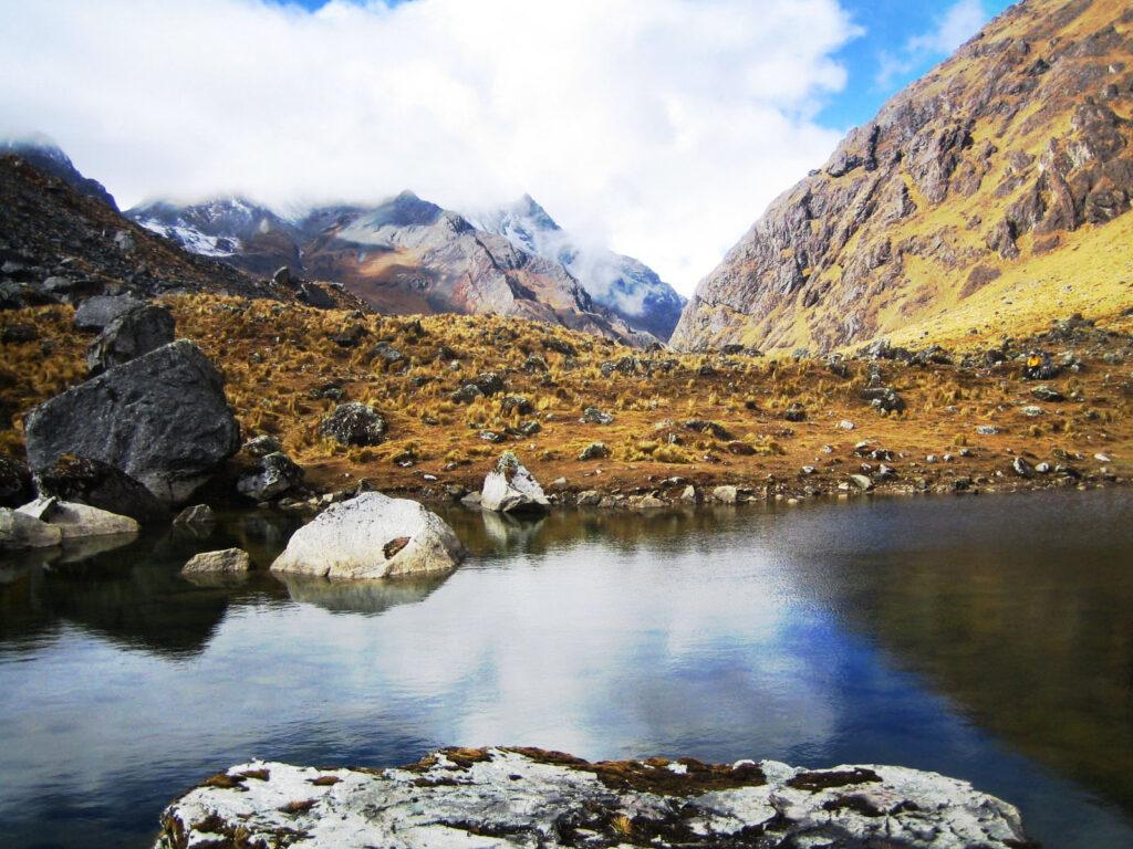 Viaggiare con la mente ci porta nella cordigliera delle Ande, sul lato occidentale del Sud America, tra le catene montuose più lunghe del mondo. Qui vediamo le montagne toccate dalle nuvole, in una giornata di sole e cielo azzurro. Le montagne si specchiano nel lago e siamo in Perù.