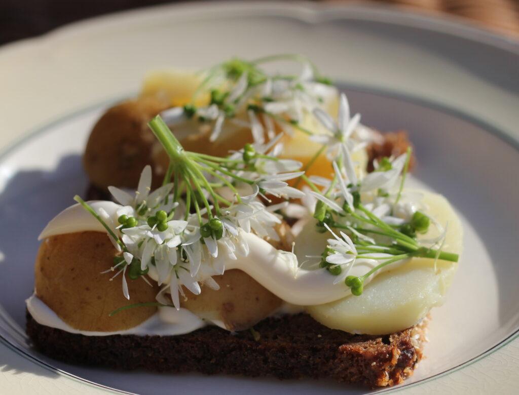 Smørrebrød danese: una fetta di pane di segale come base, patate, maionese, finemente decorati. Le migliori ricette del Nord Europa.