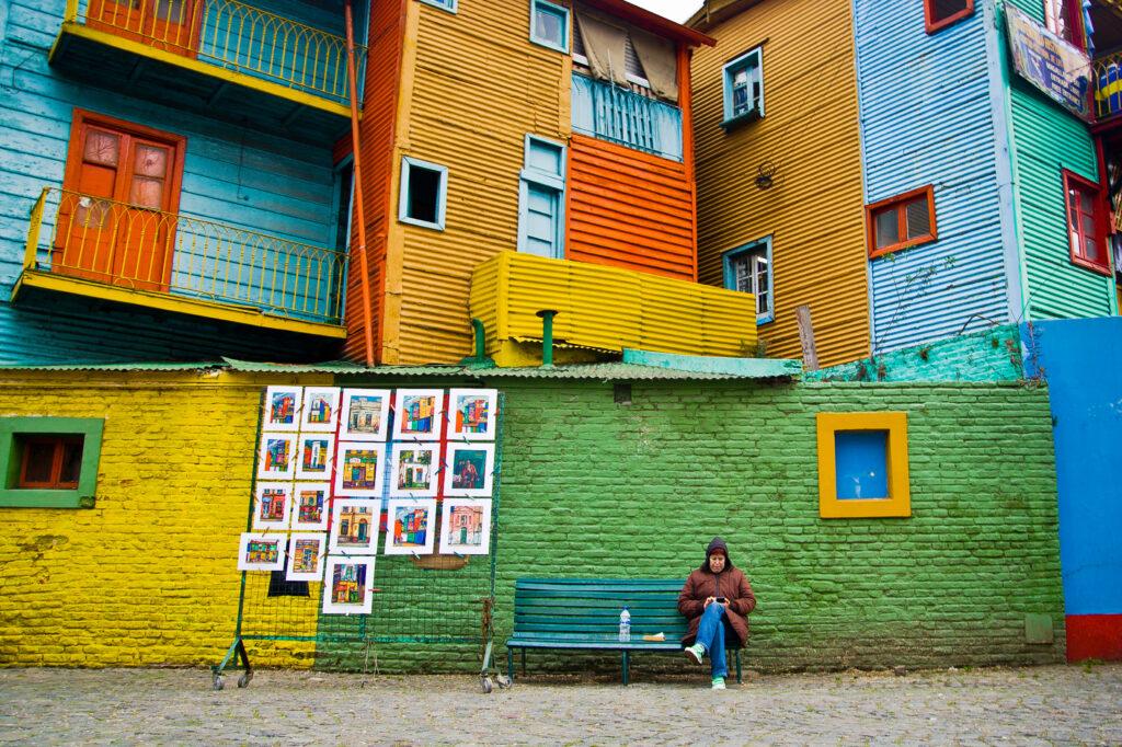 Le case con i muri coloratissimi tipiche del quartiere La Boca nella capitale argentina, Buenos Aires. Viaggiare con la mente consente di immaginare di essere lì e memorizzare i colori stupendi delle abitazioni nel quartiere La Boca