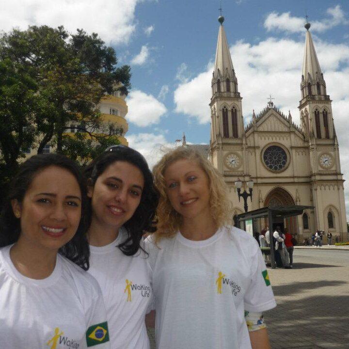 Io e le mie colleghe con la maglietta del progetto Walking Life per l'esperienza di lavoro a Curitiba, Brasile