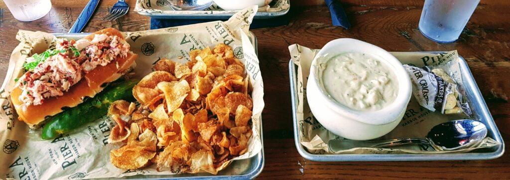 Il panino con l'aragosta abbinato alla  clam chowder una zuppa cremosa di vongole. Il tutto insaporito con chips di patate croccanti. Un delizioso pranzo a New York, USA