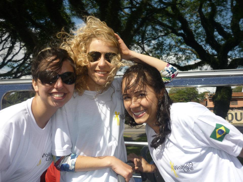 La mia esperienza di lavoro a Curitiba in Brasile: una foto piena di sorrisi con le mie colleghe. Da sinistra una docente cilena Nicole e poi una meravigliosa docente colombiana.