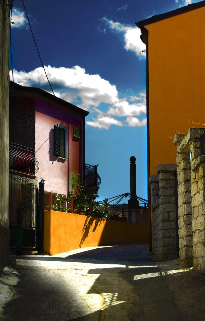Viaggiare con la mente anche nella nostra splendida Italia. Quartiere Seuna a Nuoro in Sardegna. Casette colorate, viuzze strette, serenità, tranquillità e pace.