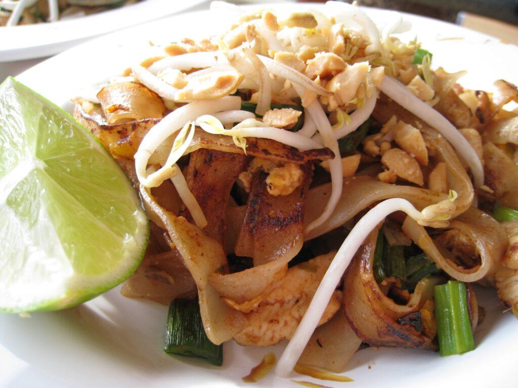 Il pad thai con germogli di soia, verdure, arachidi, pasta lunga di riso e succo di lime. Le migliori ricette del mondo thai.