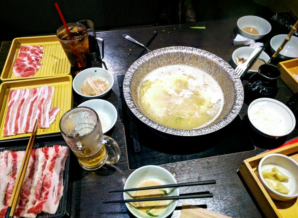Il momento della condivisione e della cena con uno dei migliori piatti del mondo il tipico shabu shabu in un ristorante nel quartiere Shibuya a Tokyo, Giappone
