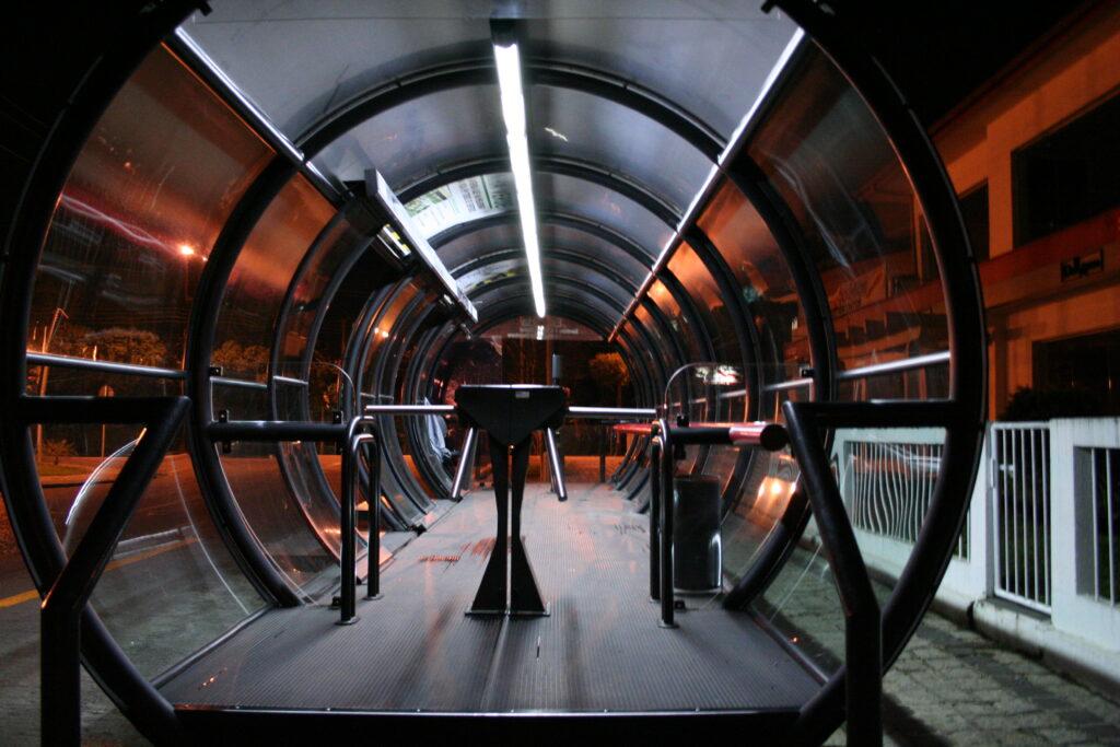 La visione interna dei tubi di vetro dove le persone aspettano l'autobus a Curitiba in Brasile
