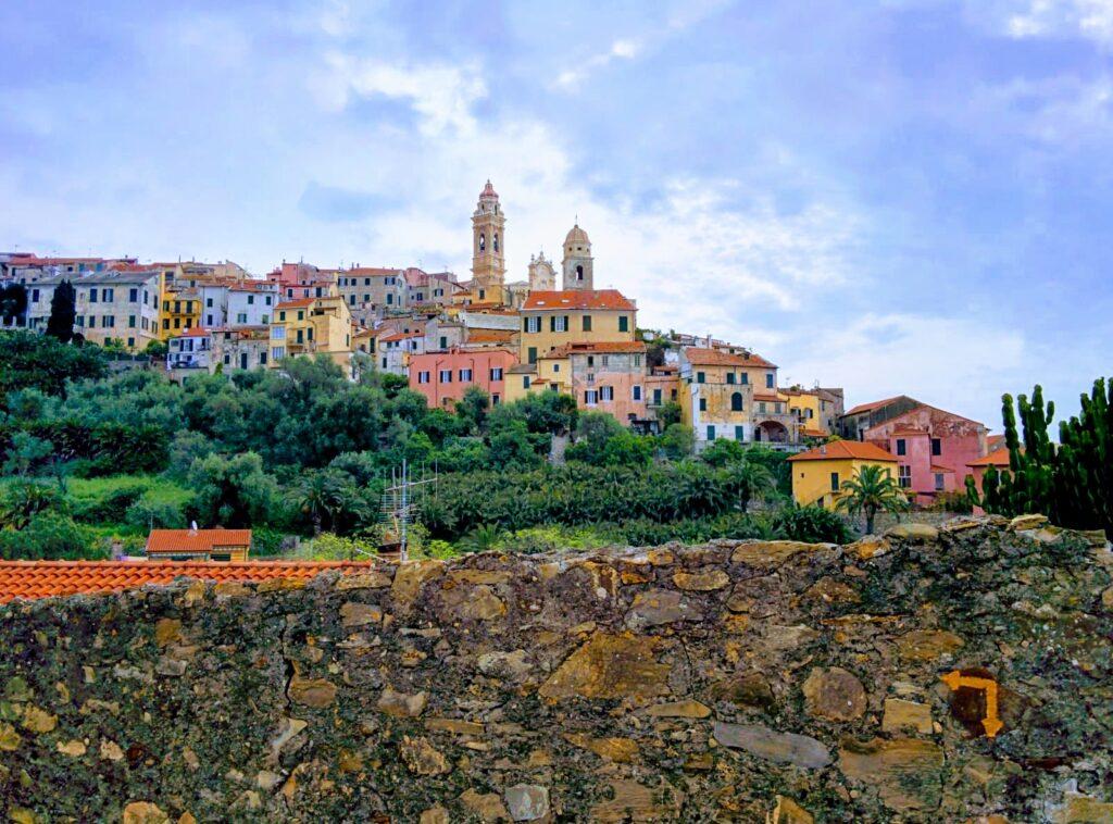La freccia gialla lungo la Via della Costa indica il cammino. Scorcio panoramico della città di Cervo in Liguria. Italia.
