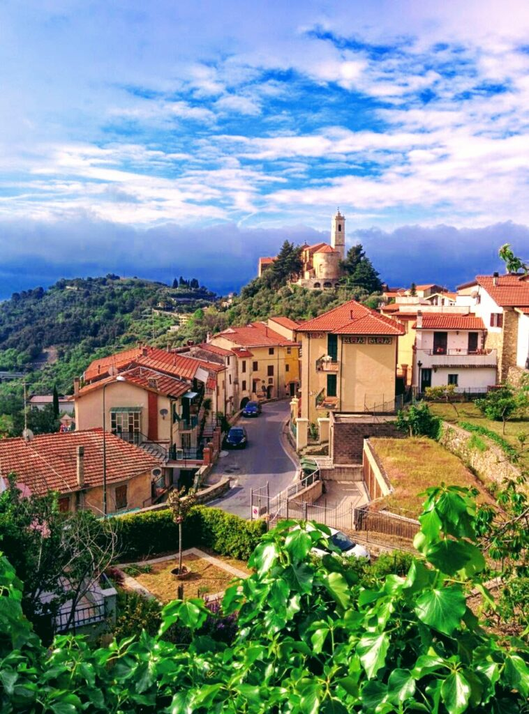 Visuale del comune di Castellaro, situato sulla Via Della Costa in provincia di Imperia in Liguria.