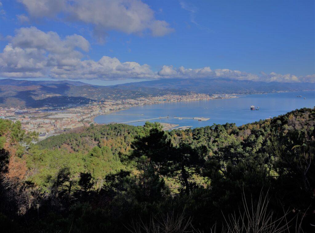 Vista panoramica sul molo di Vado Ligure. Via della Costa, Liguria. Italia.