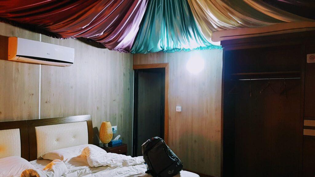 Viaggio in Giordania: l'interno delle tende dove dormire nel deserto rosso del Wadi Rum