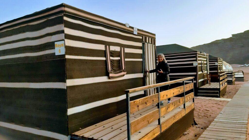 Viaggio in Giordania: l'esterno delle tende dove è possibile dormire nel deserto del Wadi Rum.