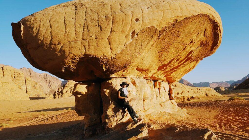 Viaggio in Giordania: formazione rocciosa che richiama un fungo gigante nel deserto rosso del Wadi Rum
